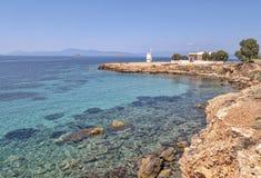 Aegina-Insel-Küste - Leuchtturm Bouza und Kirche der heiligen Apostel Lizenzfreies Stockbild