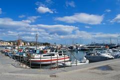 Aegina port i den Aegina ön, Grekland på Juni 19, 2017 Royaltyfria Foton