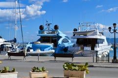 Aegina port i den Aegina ön, Grekland på Juni 19, 2017 Arkivfoton