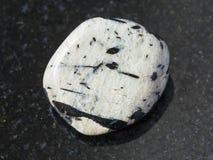 aegirine Kristalle in gestolpertem microcline auf Dunkelheit Stockfoto