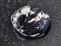 aegirine Kristalle in Polier-microcline auf Dunkelheit Lizenzfreies Stockfoto