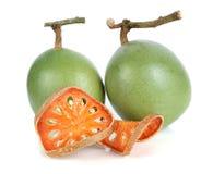 Aegle-marmelos und trockenes bael tragen auf Weiß Früchte Lizenzfreie Stockbilder