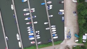 Aeial-Ansicht über einen Hafen und einen Campingplatz stock video footage
