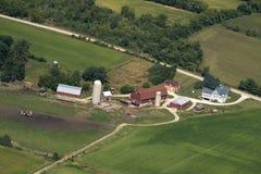 威斯康辛奶牛场和谷仓Aeiral视图 免版税库存照片