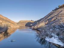 Aeiral-Ansicht des Kanus auf See Lizenzfreie Stockfotografie