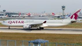 A7-AEJ卡塔尔航空,空中客车A330-302 免版税库存图片