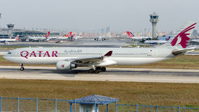 A7-AEJ Qatar Airways, Airbus A330-302 Lizenzfreie Stockbilder