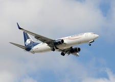 Aeomexico Passagierflugzeug im Flug Lizenzfreies Stockfoto