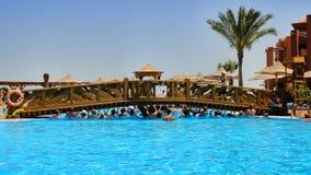 Aeróbicos de agua en el hotel del egipcio de la piscina Foto de archivo