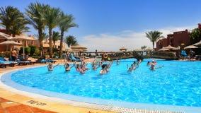 Aeróbicos de agua en el hotel del egipcio de la piscina Foto de archivo libre de regalías