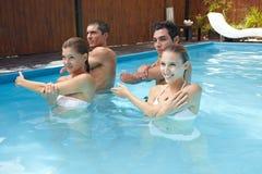 Aeróbicos de agua en piscina Fotos de archivo libres de regalías
