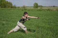 Aeróbicos del poder de la muchacha con las pesas de gimnasia para las nalgas Foto de archivo libre de regalías