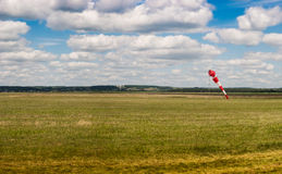 Aeródromo con una paleta de tiempo Cielo azul con las nubes blancas Fotos de archivo libres de regalías