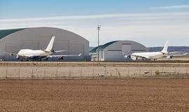 Aeródromo del mantenimiento con los aviones y los hangares Estacionamiento del aeroplano Imagen de archivo