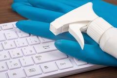 Aerógrafo con los guantes de goma en el teclado Imágenes de archivo libres de regalías