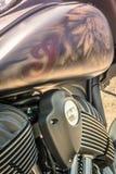 Aerógrafo detalhado bonito de um indiano em uma motocicleta fotos de stock royalty free