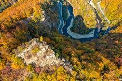Aer de Hunedoara a Transilvânia Romênia do panorama da garganta do vale de Jiului foto de stock