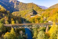 Aer de Hunedoara a Transilvânia Romênia do panorama da garganta do vale de Jiului imagem de stock