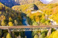 Aer de Hunedoara a Transilvânia Romênia do panorama da garganta do vale de Jiului fotografia de stock