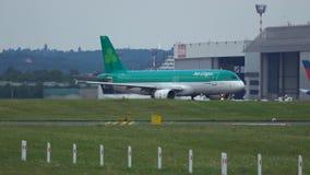 Aer Lingus Airbus A320 EI-DVL taxiing à porta no aeroporto internacional de Dusseldorf filme
