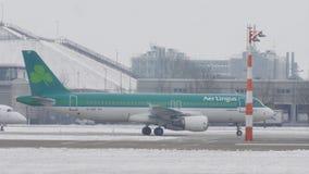 Aer Lingus che fa taxi sull'aeroporto nevoso video d archivio