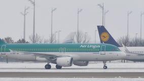 Aer Lingus che fa taxi sull'aeroporto nevoso archivi video