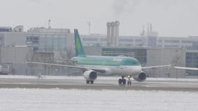 Aer Lingus che fa taxi sull'aeroporto nevoso stock footage