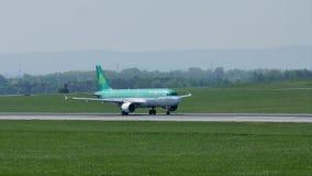 Aer Lingus che fa taxi sulla pista stock footage