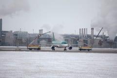 Aer Lingus-Flugzeug an enteisen die Auflage und entfrosten, München-Flughafen Lizenzfreie Stockfotografie
