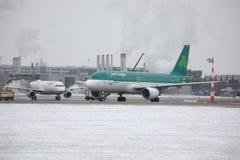 Aer Lingus que hace el taxi en aeropuerto nevoso Imágenes de archivo libres de regalías