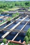 Aeradores superficiales flotantes en depuradora de aguas residuales  Imagenes de archivo