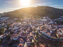 Aerail Puesta del sol sobre la montaña en el pueblo Monshique Fotografía de archivo libre de regalías