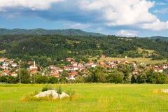 Aeralansicht Bulgare-Dorf Ushba u Stockfotos