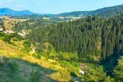 Aeralansicht bulgarisches Dorf in Rhodope Ushba u Stockfotos