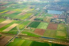 Aeralmening over landbouwgebieden en spoorweg met trein stock fotografie