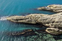 Aereal-Ansicht der felsigen Bildungen im Meer Lizenzfreie Stockbilder