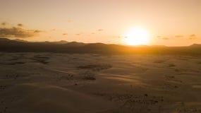 Aereal-Ansicht des Sonnenuntergangs in der Wüste Stockbild
