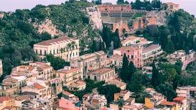 Aereal Ansicht Siziliens - Taormina mit altgriechischem Theater Lizenzfreies Stockbild