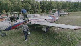 Aerei acrobatici L-29 del gruppo 2+1 che riempiono archivi video
