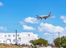 Aerei che si avvicinano all'aeroporto di Kamari, Santorini, Grecia fotografia stock libera da diritti