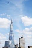 Aerei che volano su sopra il coccio a Londra, Inghilterra Immagini Stock Libere da Diritti