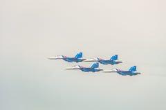Aerei da caccia militari russi su-30 MP Flanker-c Il volo delle acrobazie aeree raggruppa il ` dei cavalieri del Russo del ` immagine stock