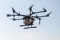 Aerei del fuco di agricoltura per l'agricoltura della mosca sul cielo Immagini Stock Libere da Diritti