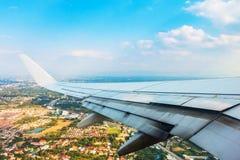 Aerei dell'ala nell'altitudine durante il volo immagini stock