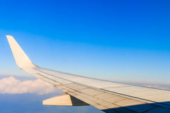 Aerei dell'ala nell'altitudine durante il volo fotografie stock libere da diritti