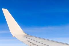 Aerei dell'ala nell'altitudine durante il volo fotografie stock