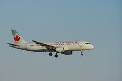 Aerei di Air Canada sopra il LASSISMO Immagine Stock