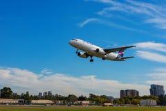 Aerei di Airbus A320 dell'aeroporto di Aeroparque Jorge Newbery di approcci di linee aeree di LATAM Linee aeree della lan di Chil fotografia stock