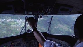 Aerei di atterraggio all'aeroporto di Tenzing-Hillary in Lukla L'aeroporto in Lukla è l'aeroporto più pericoloso nel mondo stock footage