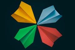 Aerei di carta Colourful su un fondo nero Fotografie Stock Libere da Diritti